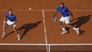 Jo-Wilfried Tsonga (à droite) et Richard Gasquet lors des demi-finalesdela Coupe Davis, au stadeRoland-Garros à Paris le 13 septembre 2014. (GONZALO FUENTES / REUTERS)