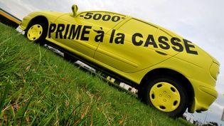 Une voiture sur laquelle est inscrit le montant de la prime à la casse est exposée par un concessionnaire automobile, le 20 octobre 2009, à Hérouville-Saint-Clair (Calvados). (MYCHELE DANIAU / AFP)