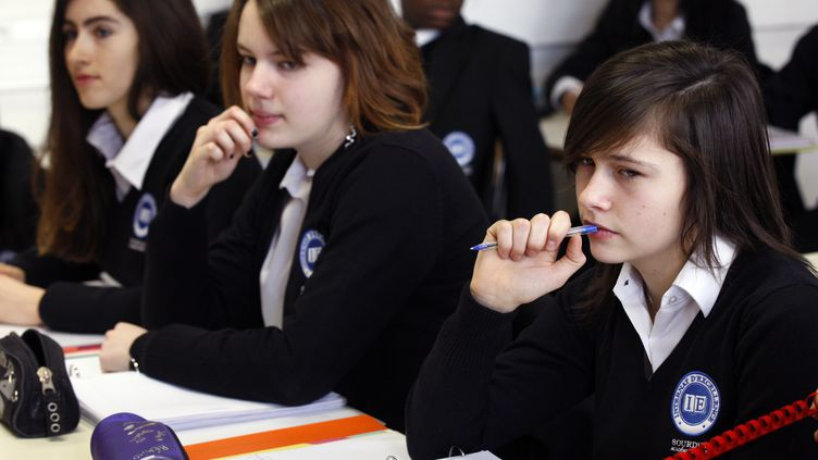 Les élèves en uniforme de dede l'internat d'excellence de Sourdun (Seine-et-Marne), lelundi 5 mars 2012 (THOMAS SAMSON / AFP)
