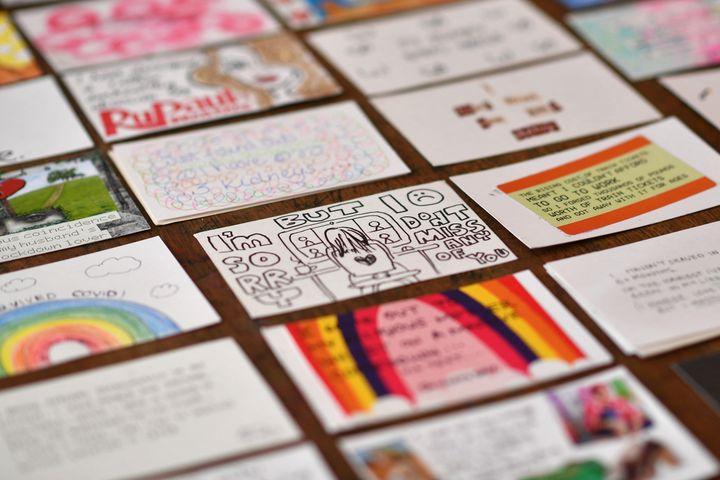 """Des cartes postales""""secret de confinement"""", rassemblées parEleanor Tattersfield, sont exposées dans sa librairie londonienne le 22 mars 2021 (BEN STANSALL / AFP)"""
