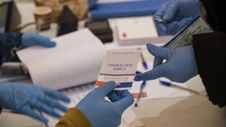 Dans un bureau de vote à Mulhouse (Haut-Rhin) lors du premier tour des élections municipales,le 15 mars 2020 (phot d'illustration). (SEBASTIEN BOZON / AFP)