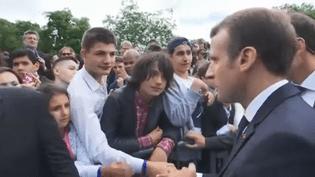 Le président Emmanuel Macron interpellé par un collégien, le 18 juin 2018,à l'issue des commémorations de l'Appel du 18 juin au Mont-Valérien. (FRANCEINFO)
