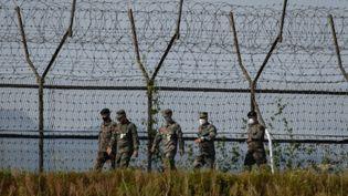 Des soldats sud-coréens patrouillent le long de la zone démilitarisée (DMZ) sur la côte entre la Corée du Nord et la Corée du Sud, le 6 octobre 2020 (ED JONES / AFP)
