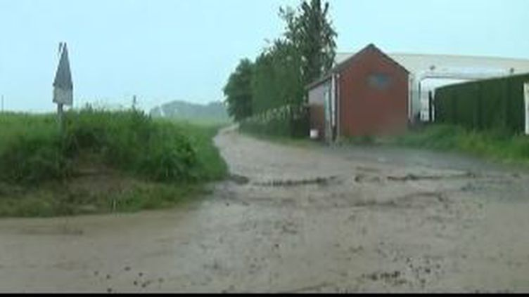 Capture d'écran montrant la boue dévaler une rue deMons-en-Pevel, dansleNord, le 7 juin 2016 (FRANCE 3)