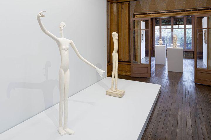 """Vue de salle de l'exposition """"A la recherche des oeuvres disparues"""". Au premier plan, reconstitution de """"Mannequin"""" ( 1932-1933).A second plan, """"Femme qui marche I"""" (1932-1936). (Photo Institut Giacometti Paris)"""