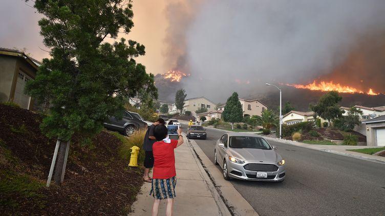 Le Holy Fire menace les habitations à Lake Elsinore, à une centaine de kilomètres de Los Angeles en Californie, le 9 août 2018. (ROBYN BECK / AFP)