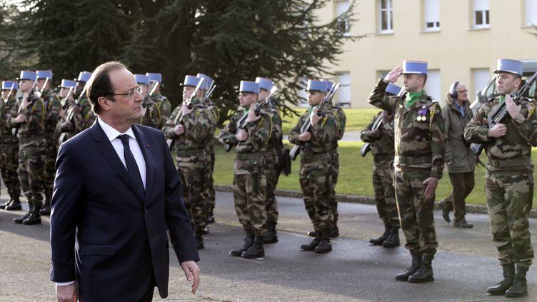 François Hollande passe en revue les troupes à la base aérienne de Creil (Oise), le 8 janvier 2014. (PHILIPPE WOJAZER / AFP)