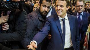 Alexandre Benalla (à gauche) et Emmanuel Macron, le 1er mars 2017 au salon de l'Agriculture de Paris. (MAXPPP)