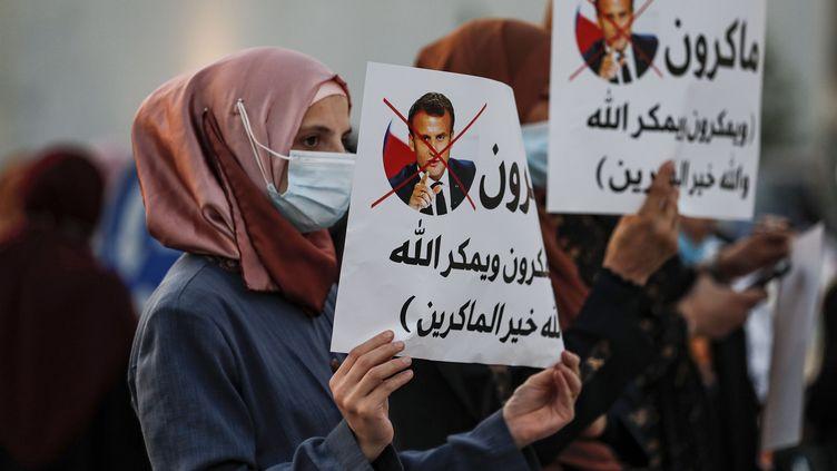 DesArabesisraéliens musulmans manifestent contre les propos d'Emmanuel Macron sur les caricatures du prophète Mahomet, dans la ville de Umm-Al Fahem, en Israël, le 25 octobre 2020. (AHMAD GHARABLI / AFP)