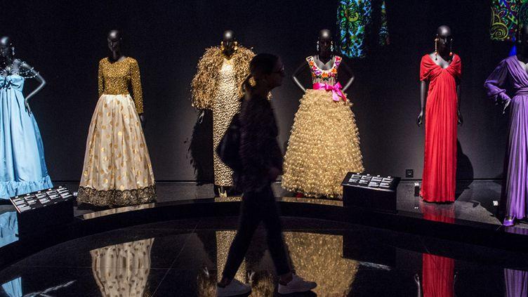 Une touriste découvre le nouveau musée Yves Saint Laurent de Marrakech, le 19 octobre 2017  (Fadel Senna / AFP)