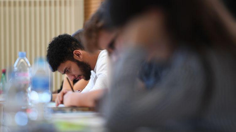 Un élève lors de l'épreuve de philosophie du baccalauréat, le 18 juin 2018 à Strasbourg (Bas-Rhin). (FREDERICK FLORIN / AFP)