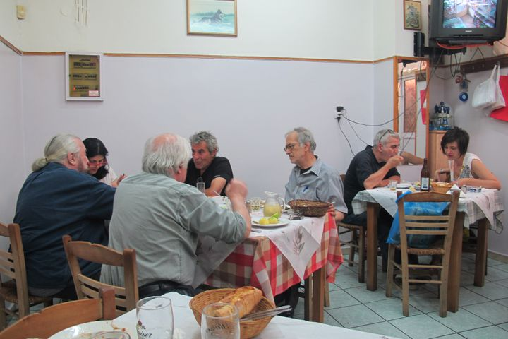 L'Anapsictirio, dans le quartier deThissio,à Athènes,sert un plat unique par jour. (ELISE LAMBERT / FRANCETV INFO )