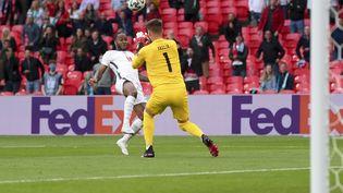 L'attaquant anglaisRaheem Sterling trouve le poteau dans les premières minutes du match entre l'Angleterre et la République tchèque, en lobant le gardienTomas Vaclik, le 22 juin 2021 à l'Euro.Ce n'était que partie remise pour l'attaquant de Manchester City, premier buteur du match. (LAURENCE GRIFFITHS / GETTY POOL / AP)