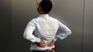 Un homme souffre du dos. (JEAN-CHRISTOPHE BOURDILLAT / RADIO FRANCE)