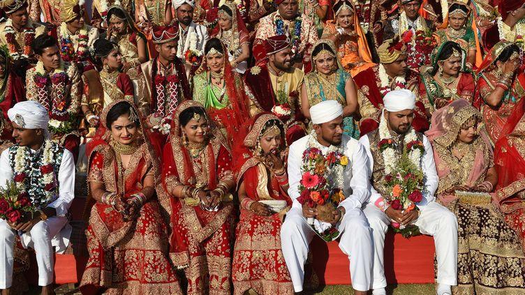 Des couples hindous et musulmans avant leur mariage, à Surat, en décembre 2018 (illustration). (SAM PANTHAKY / AFP)
