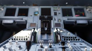 Un cockpit d'avion commercial. Photo d'illustration. (CHRISTOPH HARDT/GEISLER-FOTOPRES / GEISLER-FOTOPRESS)
