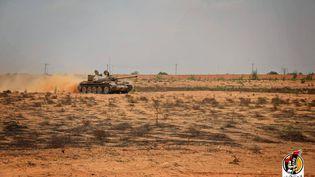 Un char des forces du gouvernement libyen, le 15 juillet 2016, près de Syrte (Libye). (STRINGER / MEDIA CENTER OF THE GNA FORCES M / AFP)