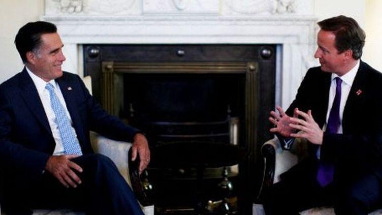 Rencontre au 10 Downing Street à Londres, le 26 juillet 2012, entre le candidat républicain à la Maison Blanche, Mitt Romney, et le Premier ministre britannique David Cameron. (AFP PHOTO / POOL / DAVID BEBBER  )