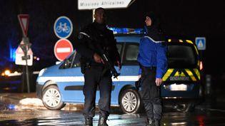 Des gendarmes montent la garde sur une route à proximité d'une maison de retraite, à Montferrier-sur-Lez (Hérault), où un homme a tué une employée avant de prendre la fuite, jeudi 24 novembre 2016.  (PASCAL GUYOT / AFP)