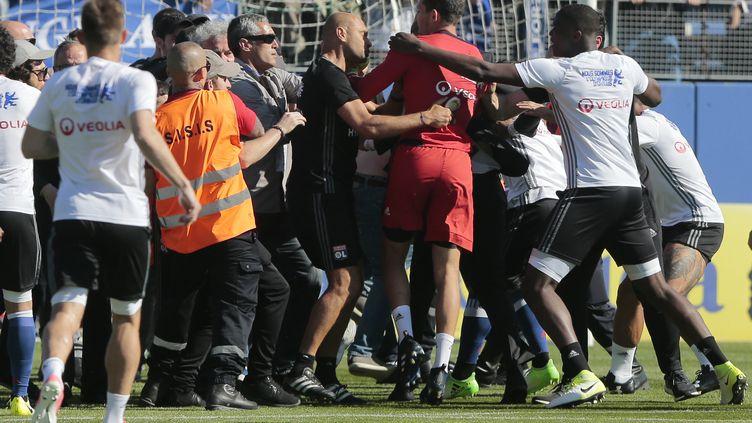 Les supporteurs bastiais s'en prennent aux joueurs lyonnais pendant l'échauffement.  (PASCAL POCHARD-CASABIANCA / AFP)