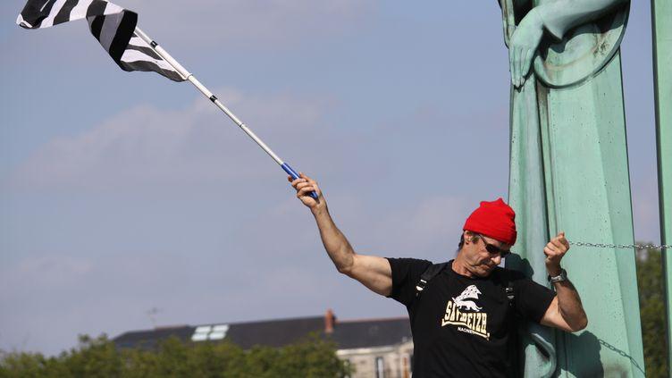 """Un """"bonnet rouge"""" manifestant à Nantes, le 31 mai 2014. (THIBAUT GODET / CITIZENSIDE.COM / AFP)"""