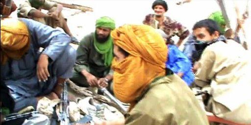 Militants du groupe Ansar el-Dine à Tombouctou le 1-7-2012 (photo tirée d'une vidéo) (AFP - STR)