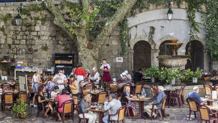 Des clients déjeunent dans un restaurant de Seillans (Var), en août 2020. (CAVALIER MICHEL / HEMIS.FR / AFP)