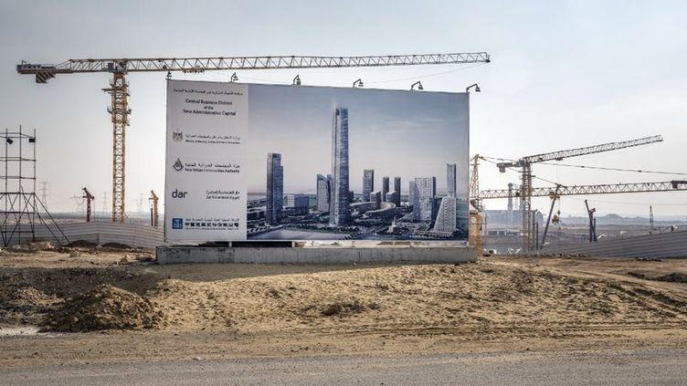 Construction du quartier financier de la nouvelle capitale administrative égyptienne, entreprise par la China State Construction Engineering Corporation, à quelque 50 km à l'est du Caire, le 7 mars 2019. (Pedro Costa Gomes/AFP)