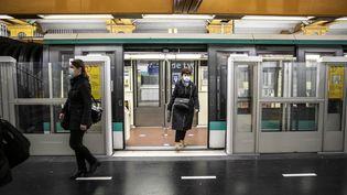 Dans une station de métro de la ligne 1 à Paris, le premier jour du déconfinement, le 11 mai 2020. (YANN CASTANIER / HANS LUCAS / AFP)