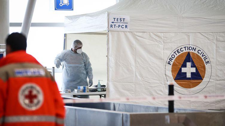 Des membres de la Croix-Rouge et de la Protection civile attendent des passagers qui atterrissent en Corse pour tester ceux qui n'ont pas de test négatif du Covid-19, le 19 décembre 2020 à Ajaccio. (PASCAL POCHARD-CASABIANCA / AFP)