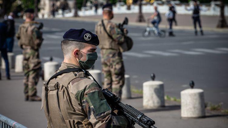 Un militaire masqué durant le confinement mis en place pour lutter contre la pandémie de Covid-19, le 7 mai 2020 à Paris. (MAXPPP)