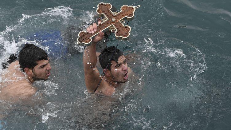 Celuiquirepêchela croix jetée en mer estbéni par le pope lors de l'Epiphanie orthodoxe. Ici, l'heureux élu du 6 janvier 2020 dans le village de Pachi, près d'Athènes. (LOUISA GOULIAMAKI / AFP)