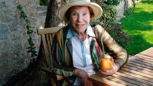 Benoîte Groult pose dans le jardin de sa maison de Hyères (Var), le 7 avril 2007. (CATHERINE GUGELMANN / AFP)