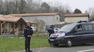 La police garde la maison où ont été découverts les cadavres de cinq bébés, à Louchat (Gironde), le 20 mars 2015 (MEHDI FEDOUACH / AFP)