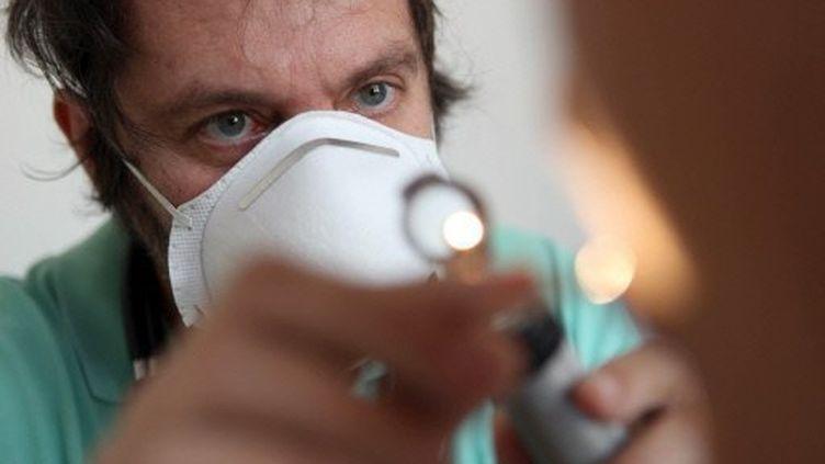 Un médecin en consultation dans le cadre de l¿épidémie de grippe A à Saint-Denis de la Réunion le 24 août 2009 (AFP)