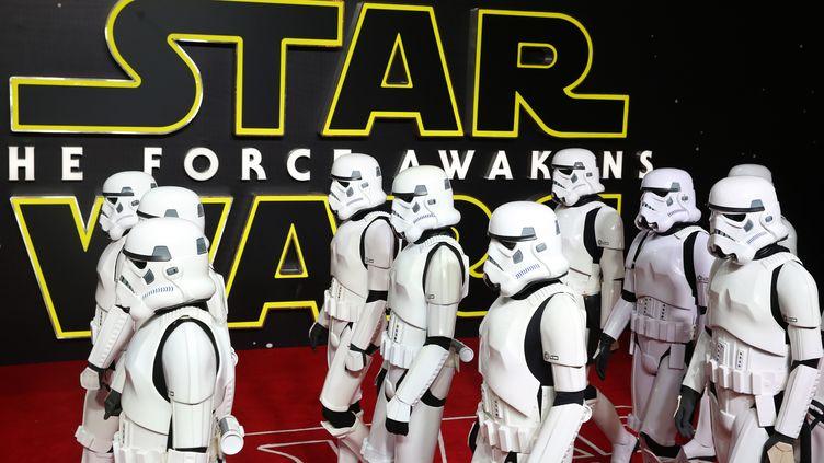 """Des personnes déguisées en stormtroopers à l'avant-première européenne de """"Star Wars"""", le 16 décembre 2015, à Londres. (PAUL HACKETT / REUTERS)"""