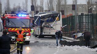 La carcasse d'un car scolaire accidenté à Rochefort (Charente-Maritime), le 11 février 2016. (XAVIER LEOTY / AFP)