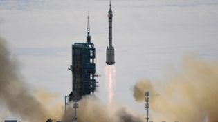 La fusée Longue Marche-2F décolle du Centre de lancement de satellites de Jiuquan, dans le désert de Gobi, au nord-ouest de la Chine, le 17 juin 2021. (GREG BAKER / AFP)