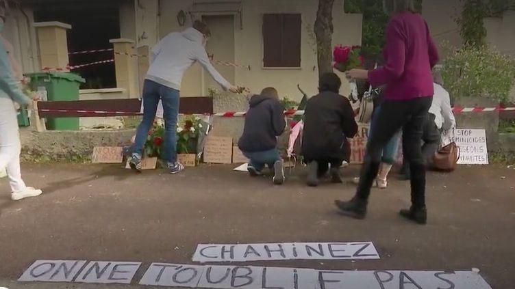 Une habitante de Mérignac (Gironde) est morte brûlée vive par son ex-conjoint, mardi 4 mai. Des centaines de personnes ont rendu hommage, mercredi, à cette mère de famille de 31 ans. (FRANCE 2)