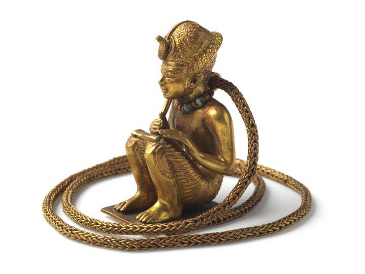 Chaîne en or et figurine assise représentant un roi, peut-être Amenhotep III. Objet en or mesurant 5,4 cm de haut. XVIIIe dynastie, règne de Toutankhamon, 1336-1326 avant J.-C. (HASSELBLAD; Laboratoriorosso, Viterbo/Italy)