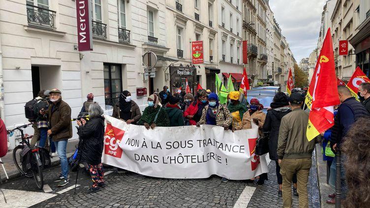 Une manifestation de salariés d'hôtels de luxe à Paris, le vendredi 9 octobre 2020. (FRANCEINFO / VICTORIA KOUSSA)