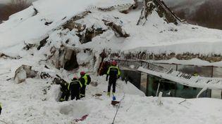 Les recherches se poursuivent en Italie dans les Abruzzes, près du village de Farindola, où une puissante avalanche a englouti l'hôtel 4 étoiles Rigopiano à environ 1.200 mètres d'altitude. (GILLES GALLINARO / RADIO FRANCE)