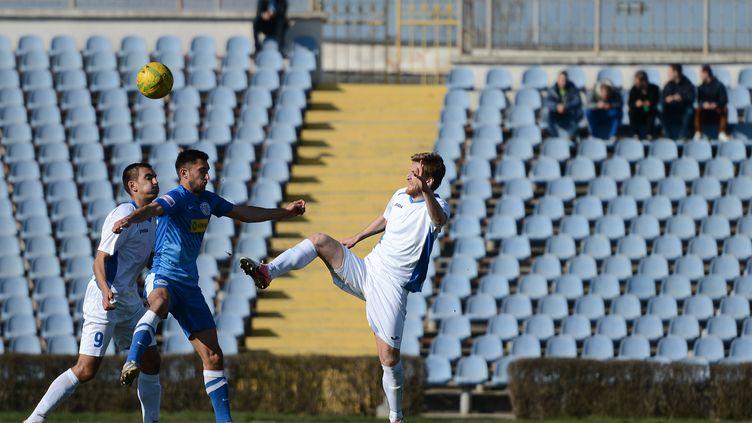 Des joueurs des clubs de Simferopol et Sébastopol s'affrontent lors d'un match de la Coupe de Crimée, le 14 mars 2015, à Simferopol. (EVGENY BIYATOV / RIA NOVOSTI)
