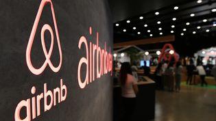 Le logo Airbnb, affiché lors d'une conférence de presse de la société à Tokyo (Japon), le 14 juin 2018. (TOSHIFUMI KITAMURA / AFP)