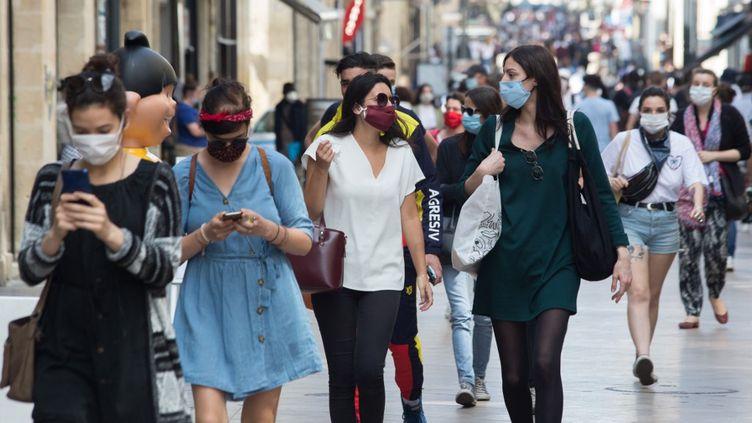 Dans une rue de Bordeaux (Gironde), le 16 mai 2020. (LAURENT PERPIGNA IBAN / HANS LUCAS / AFP)