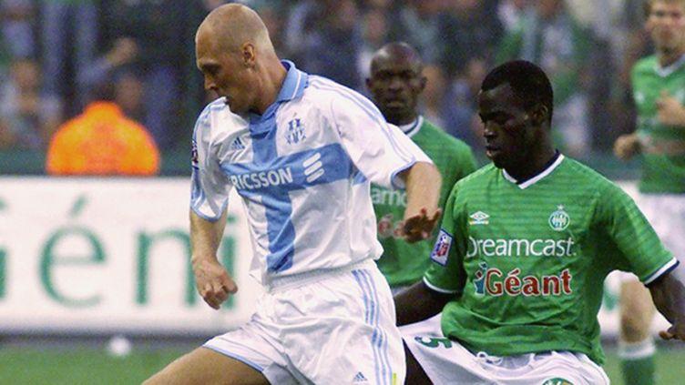 L'attaquant suédois Klas Ingesson face à Saint-Etienne sous le maillot de l'OM en 2000 (GERARD MALIE / AFP)