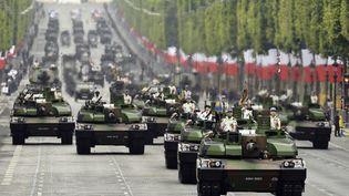 Des militaires défilent lors du traditionnel défilé du 14-juillet, à Paris. (LIONEL BONAVENTURE / AFP)