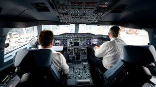 Après le crash de l'A320 de Germanwings, l'Agence européenne de la sécurité aérienne recommande la présence de deux personnes en permanence dans le cockpit d'un avion de ligne. (DANIEL REINHARDT / DPA / AFP)
