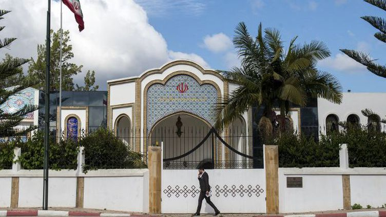 Devant le mur d'enceinte de l'ambassade d'Iran au Maroc, le 2 mai 2018, au lendemain de l'annonce de l'expulsion du chargé d'affaires iranien par Rabat en raison de liens présumés entre le Hezbollah et le Front Polisario. (FADEL SENNA/AFP)
