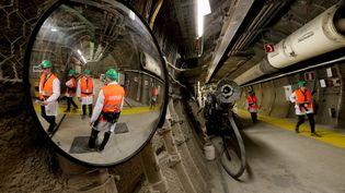 Des parlementaires en visite le 16 avril 2018 à Bure (Meuse), oùla France prévoitde stocker des déchets nucléaires à 500 mètres sous terre à partir de 2035. (FRANCOIS NASCIMBENI / AFP)